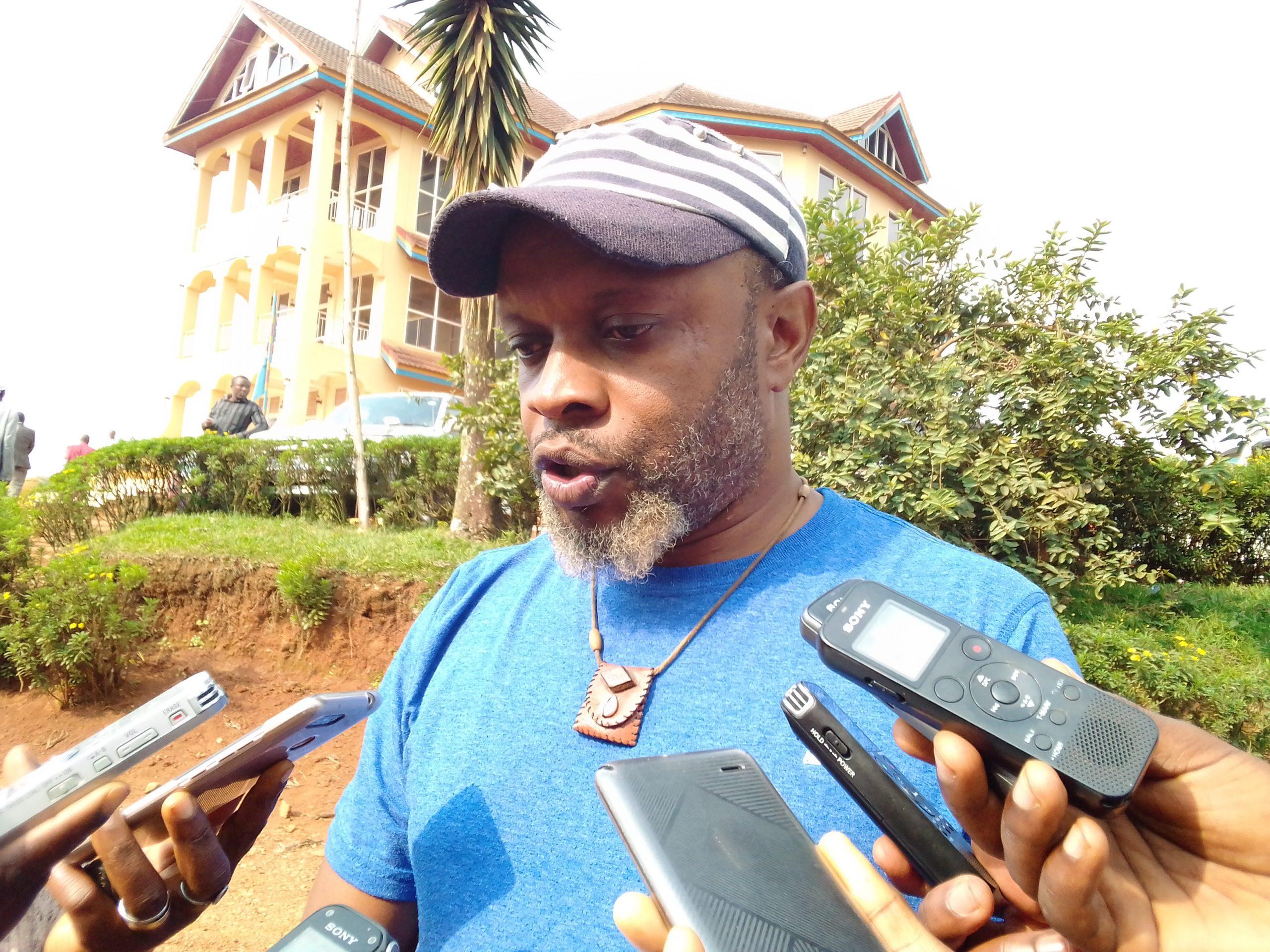 Butembo: Un musicien présente son diplôme d'honneur au maire