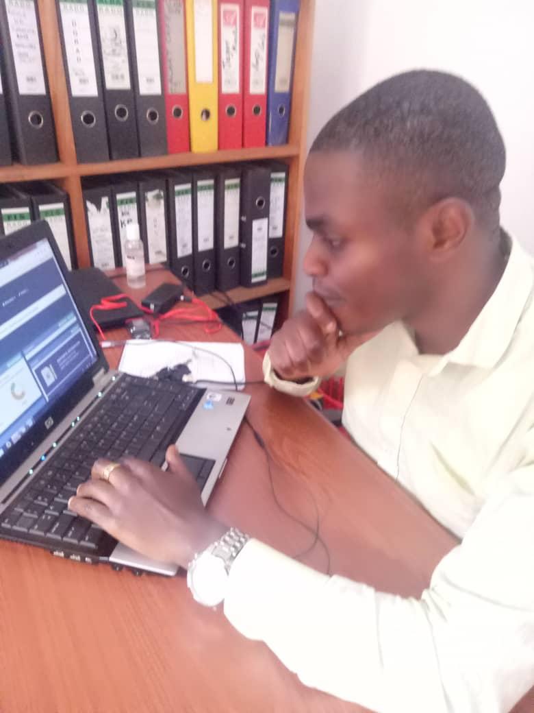 Butembo : Julien Kabuyaya, l'informaticien engagé pour le désenclavement numérique du milieu  à travers des sites et applications web