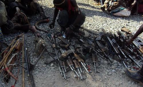 Butembo : La PNC  remets les armes récupérées des mains inciviques aux institutions militaires appropriées (Col. Richard Mbambi)