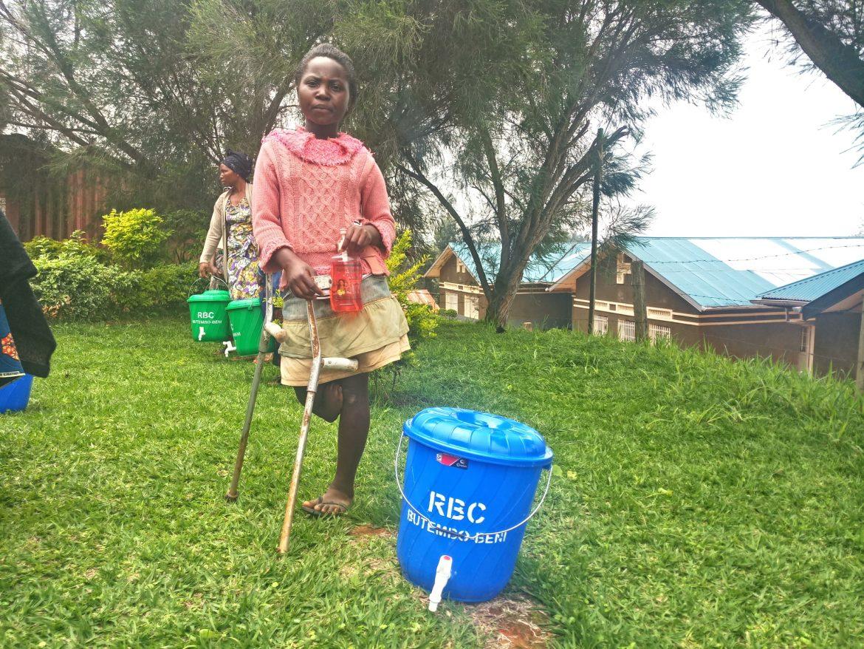 Butembo-Beni: 208 ménages des personnes vivants avec handicaps dotés en kits de lavage des mains par Mgr l'Evêque Sikuli Paluku