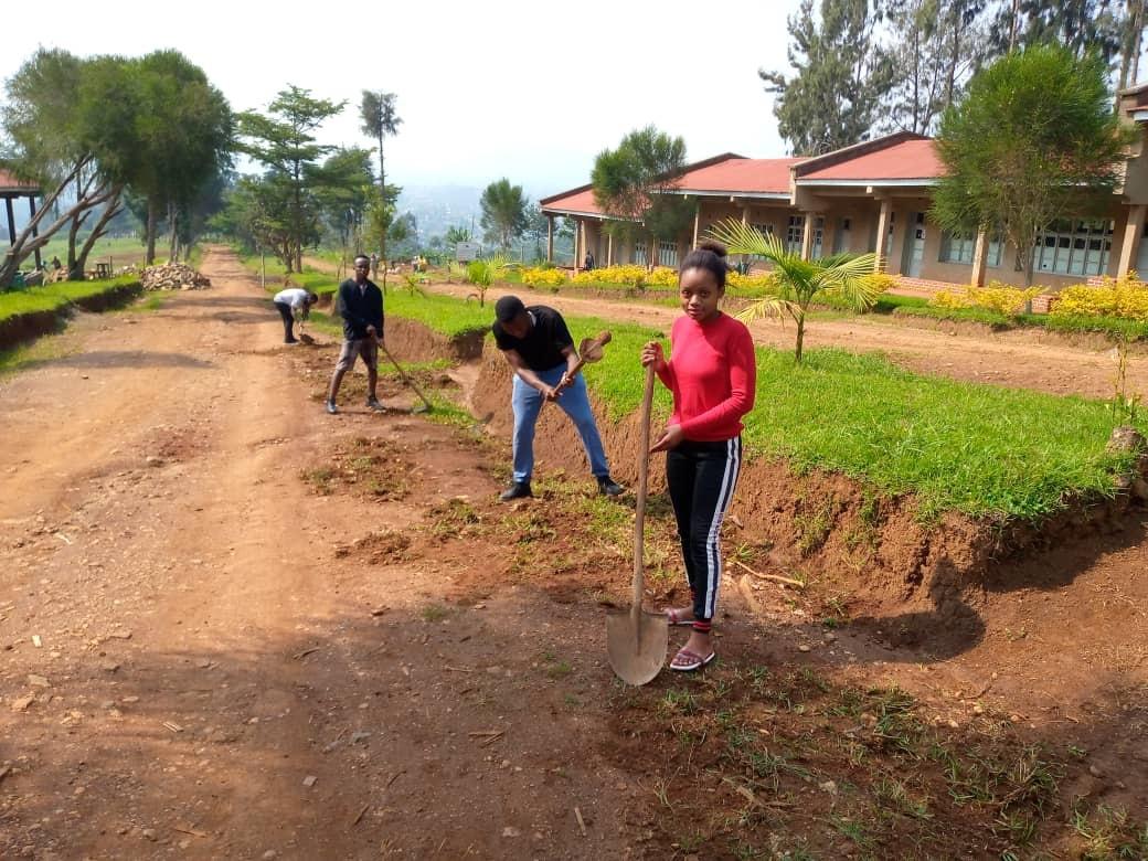 Butembo/UCG : des étudiants volontaires assainissent le site de leur université pour préparer la reprise des cours