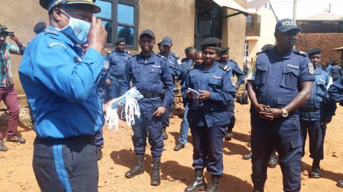 Butembo/Covid-19 : les policiers sensibilisent sur le port obligatoire de masque