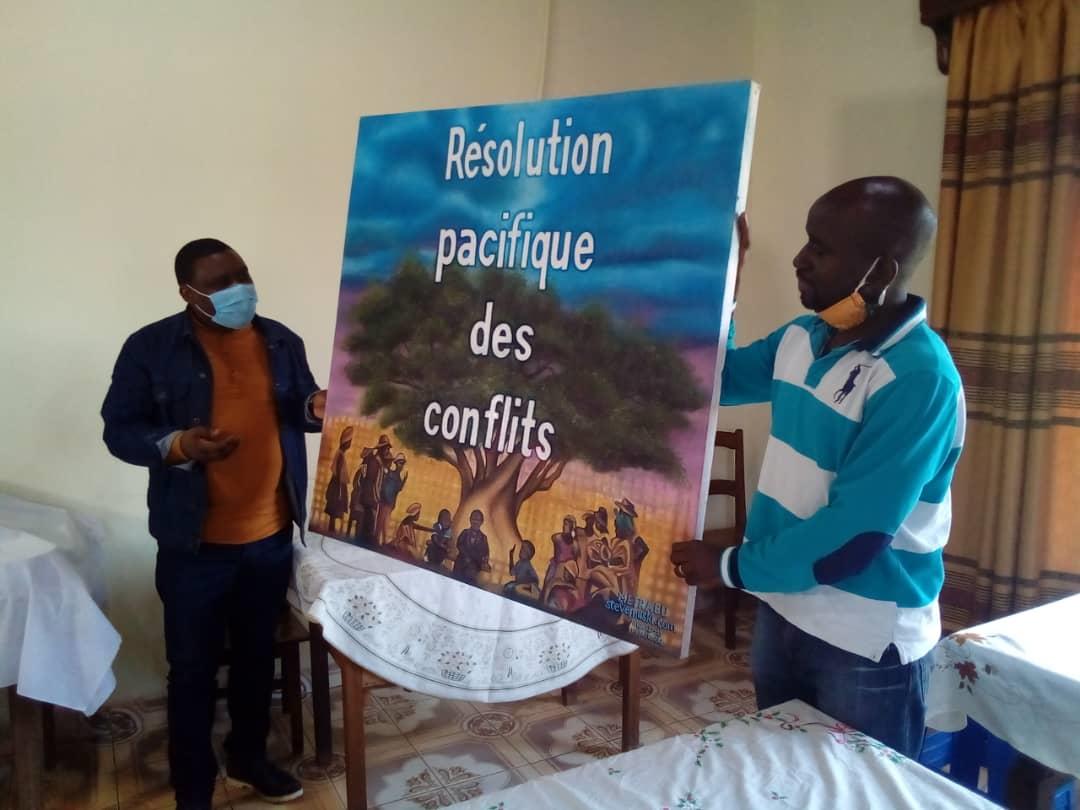 Butembo : un artiste peintre présente  au maire un tableau symbolisant la paix